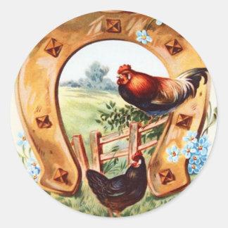 El gallo de herradura afortunado me olvida no pegatina redonda