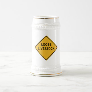 El ganado flojo, trafica la señal de peligro, jarra de cerveza