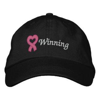 El ganar del cáncer de pecho gorra de béisbol bordada