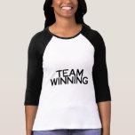 El ganar del equipo camisetas