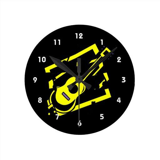 el garabato del extracto de la guitarra detrás enn reloj redondo mediano