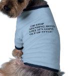 El gasto de la parada como el dinero es salida del camiseta de mascota