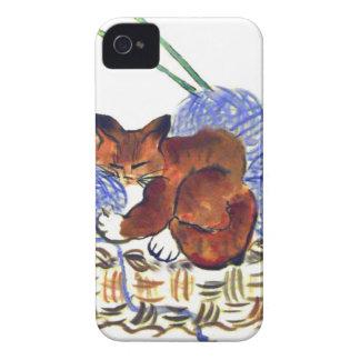 El gatito abraza una almohada del hilado iPhone 4 Case-Mate cárcasa