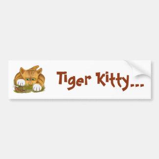 El gatito anaranjado del tigre encuentra un pegatina para auto
