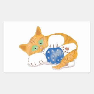El gatito anaranjado del tigre juega con una bola pegatina rectangular