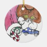 El gatito ataca el almacenamiento del navidad ornamento de reyes magos