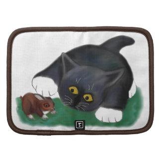El gatito blanco y negro del smoking acaricia a su organizadores