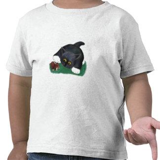 El gatito blanco y negro del smoking acaricia a su camisetas