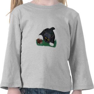 El gatito blanco y negro del smoking acaricia a su camiseta