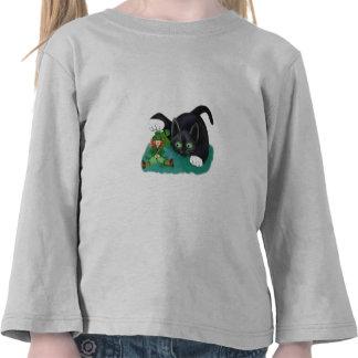 El gatito blanco y negro del smoking marca su camisetas