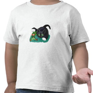 El gatito blanco y negro del smoking marca su camiseta