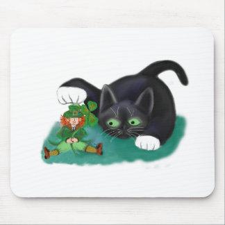 El gatito blanco y negro del smoking marca su alfombrilla de ratón