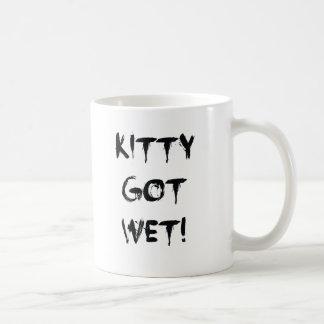 ¡El gatito consiguió mojado! Taza
