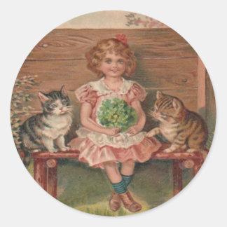 El gatito del gato del chica florece cumpleaños etiquetas redondas