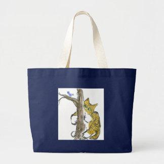 El gatito del tigre sube el árbol que persigue un  bolsa