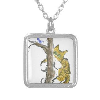 El gatito del tigre sube el árbol que persigue un  joyería