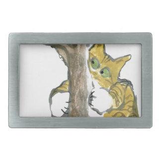 El gatito del tigre sube el árbol que persigue un  hebillas cinturon rectangulares