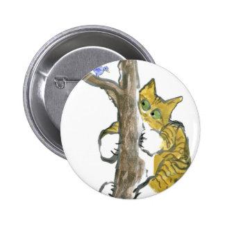 El gatito del tigre sube el árbol que persigue un  pin
