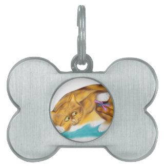 El gatito del tigre tiene una libélula en su cola placas mascota