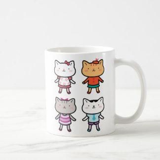 El gatito embroma las tazas