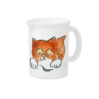 El gatito es desconcertado por el caracol negro jarras para bebida