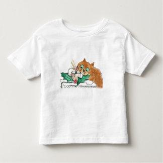El gatito golpea ligeramente una vela eléctrica tshirt