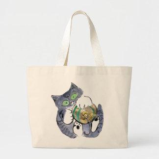El gatito gris del tigre está colgando encendido f bolsa
