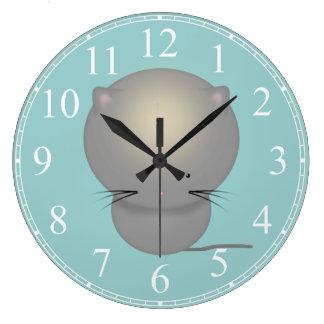El gatito gris lindo embroma el reloj