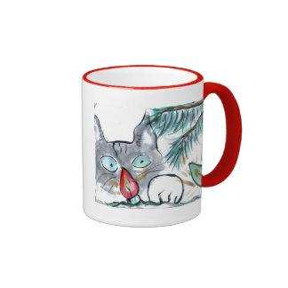 El gatito gris observa luces del árbol de navidad tazas de café