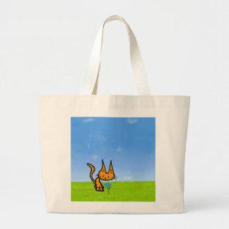 El gatito huele una flor bolsa