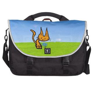 El gatito huele una flor bolsa de ordenador