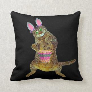 El gatito juega el conejito de pascua cojín decorativo
