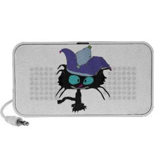 El gatito juega el gato del bufón laptop altavoz