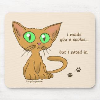 El gatito lindo comió su galleta alfombrillas de ratón