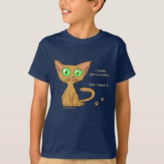 El gatito lindo comió sus camisetas de la galleta poleras