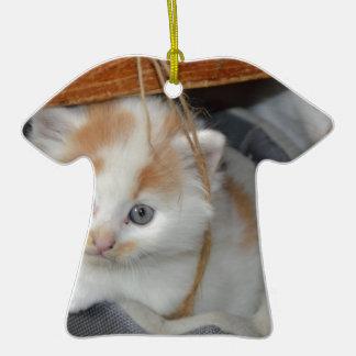 El gatito lindo del gatito de los animales adorno de cerámica en forma de camiseta