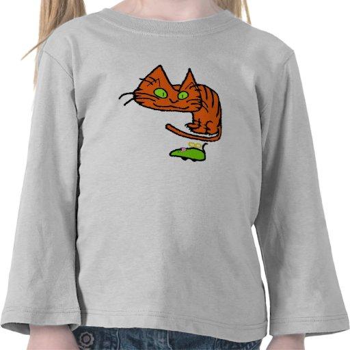El gatito mira el juguete camisetas