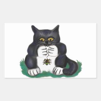 El gatito negro del smoking encuentra una araña de pegatina rectangular