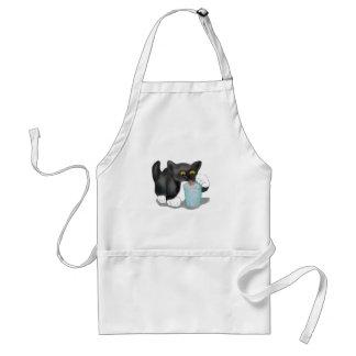 El gatito negro del smoking se escabulle un vidrio delantal