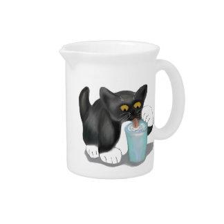 El gatito negro del smoking se escabulle un vidrio jarras para bebida