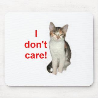 El gatito no cuida alfombrillas de ratón
