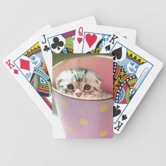 El gatito oculta en cubo del caramelo barajas de cartas
