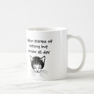 el gatito piensa en nada pero asesinato todo el taza