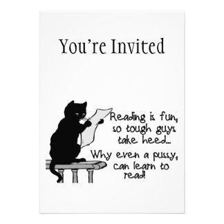 El gatito puede leer el gato divertido comunicado