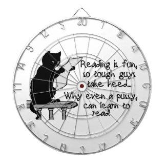 El gatito puede leer el gato divertido tablero dardos