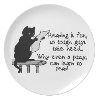 El gatito puede leer el gato divertido plato