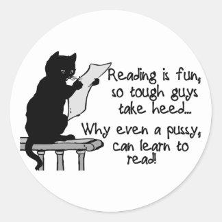 El gatito puede leer etiqueta redonda