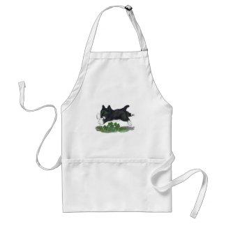 El gatito salta sobre un trébol de cuatro hojas delantal
