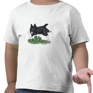 El gatito salta sobre un trébol de cuatro hojas camiseta