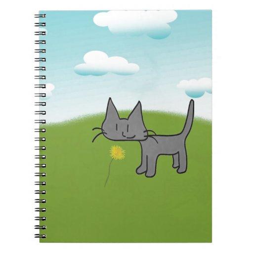El gatito se coloca alto y orgulloso cuaderno